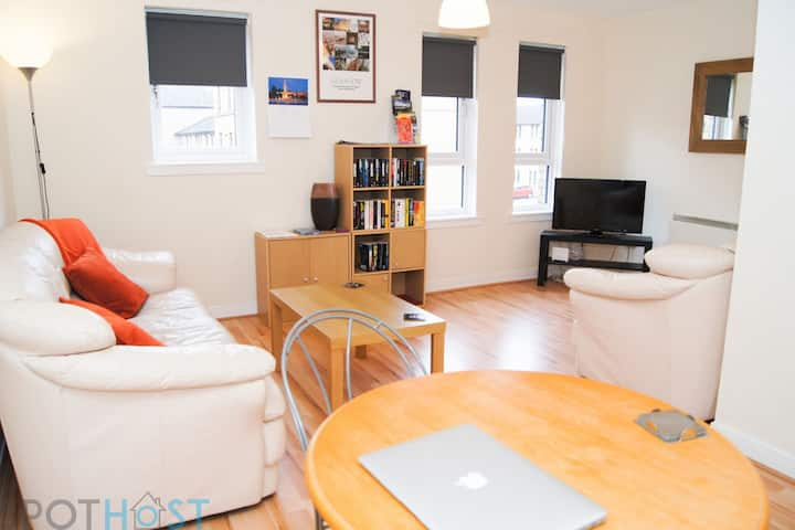 Bright Apartment, West close City, Private Parking
