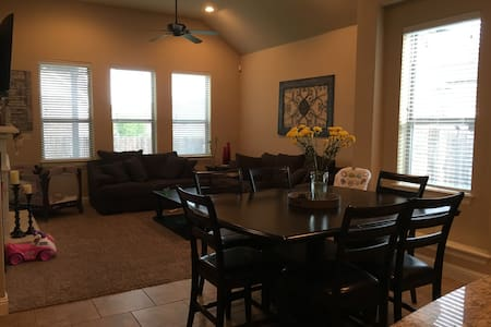Private Clean Home in a beautiful subdivision - House