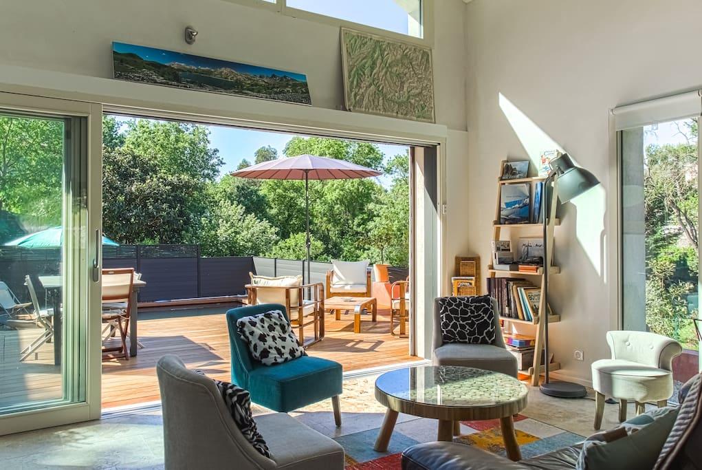 Le salon largement ouvert sur les terrasses