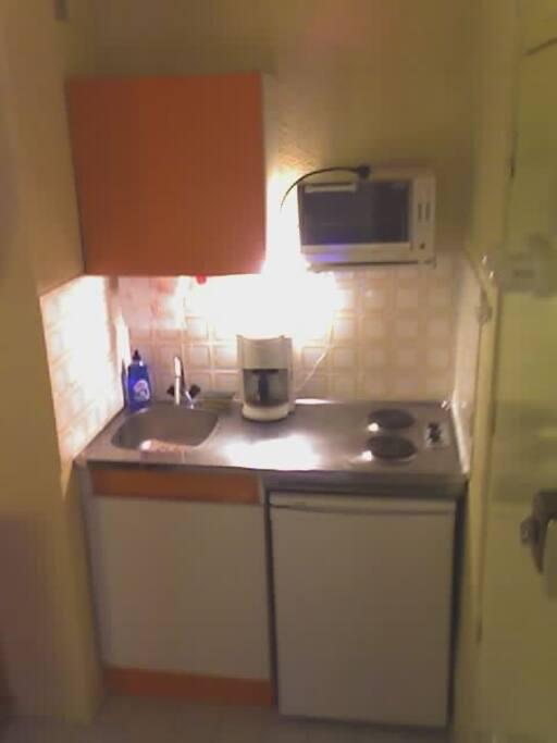 Coin Cuisine équipée (frigo+congélateur, plaques électrique, four, micro-onde, grill pain, cafetière)