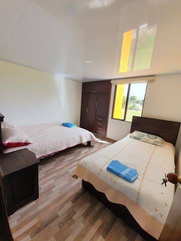 Habitación principal,  cuenta con una cómoda cama doble y una sencilla, mesita de noche y un espacioso closet!
