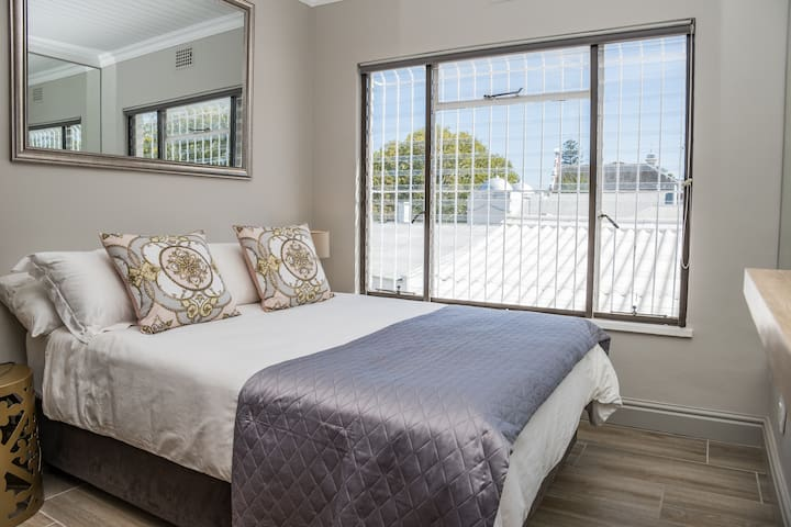 Main bedroom with Double bed, roof top private views