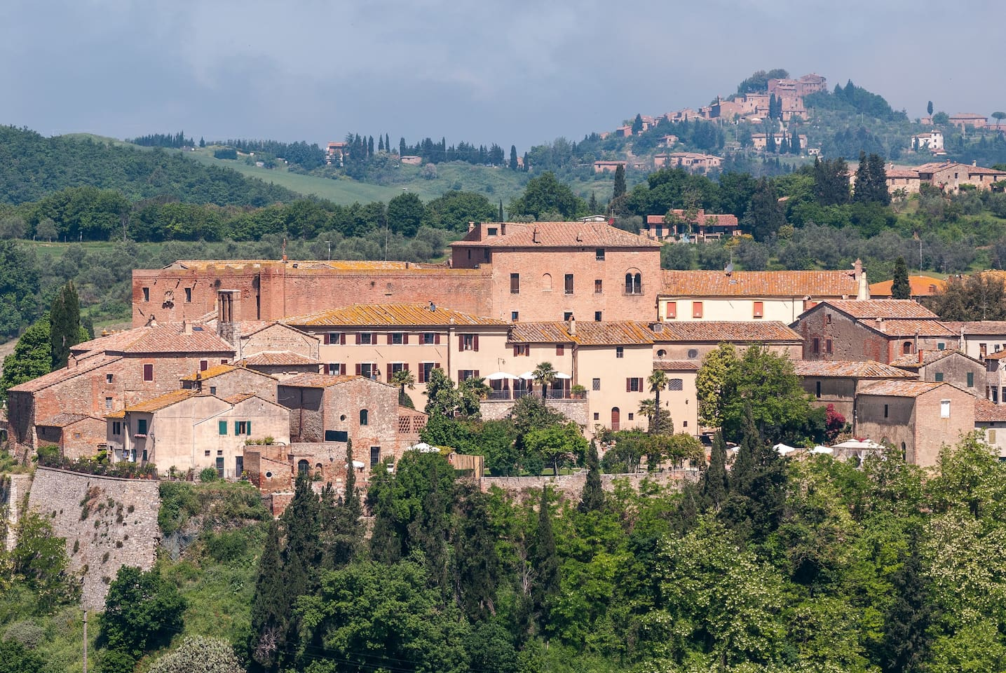 The house and the garden as they appear from the road to Montisi