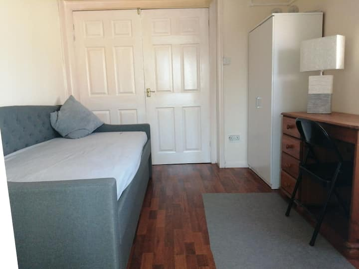 A room with en suite bath 5min walk from Airport