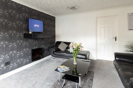3 Bed House, Parking, Close to Uni & M1, Free Wifi