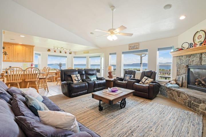 Spacious, family friendly home near town w/ a large deck & amazing views