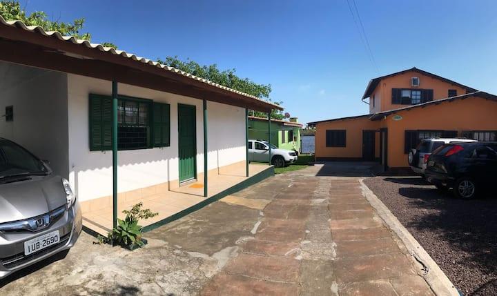 Charmosa casa em recanto na beira do rio em Torres