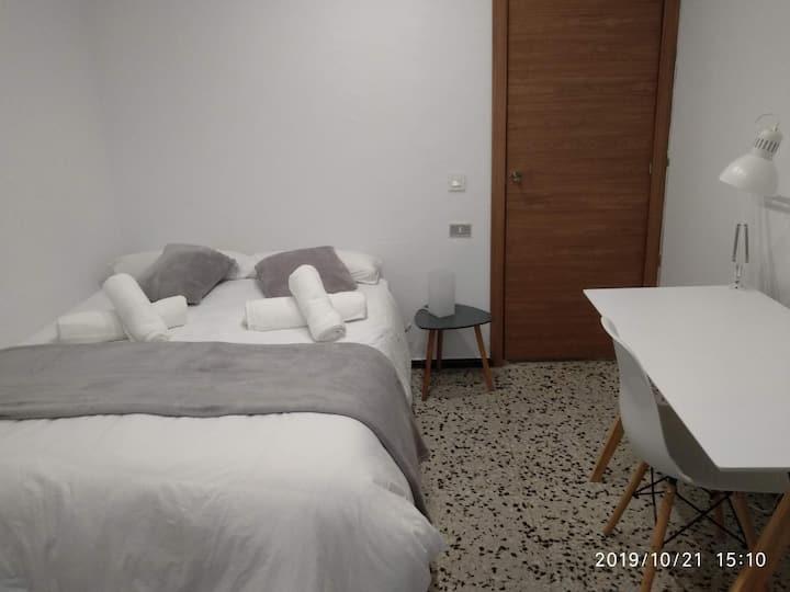 Habitación doble en piso compartido, centro ciudad, zona Plaza de España, con todos los servicios a tu alcance.