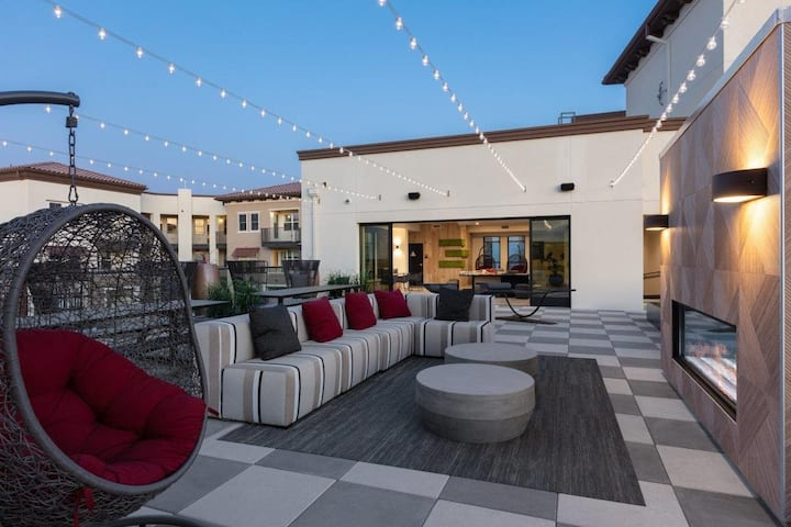 Upscale 1 BR Rooftop Deck+Outdoor Gathering Spaces