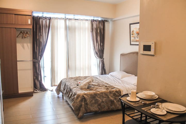 Lush Suite for Couples & Families near Airport