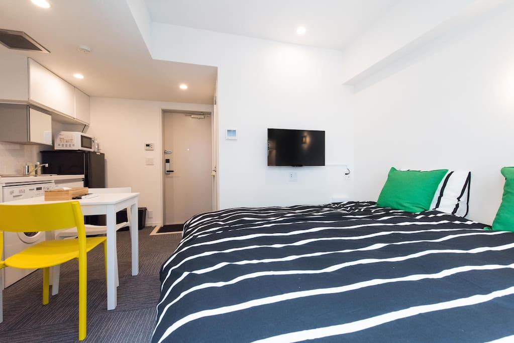 Studio apartment with 2 single beds, TV and laptop working space