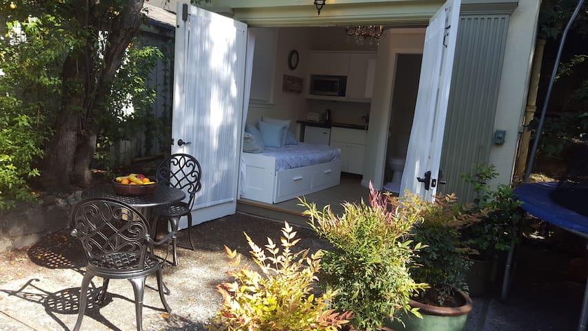 Claremont Cozy Cottage