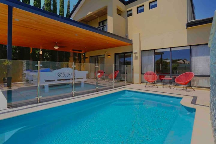 LUXURY VILLA W POOL & SPA FREMANTLE - COOGEE AREA