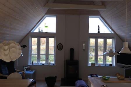 Sommerhus med ro og idyl, tæt på vand og skov - Ulfborg - Blockhütte