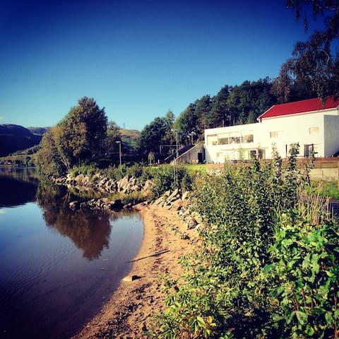Funkisperle rett ved vannet - Ålgård - House