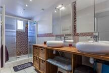 Salle de bain double vasque et grande douche 140 x 90