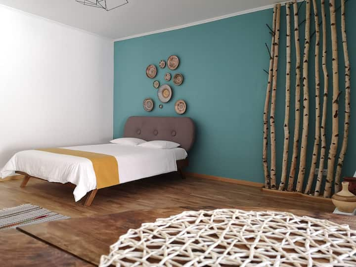 Warm flat inspired by nature and local traditions