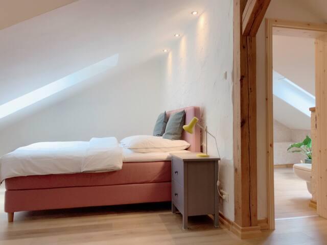 Oben: offenes Schlafzimmer mit Doppelbett 1,80 m
