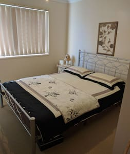 Room with queen bed - Springfield Lakes - Casa