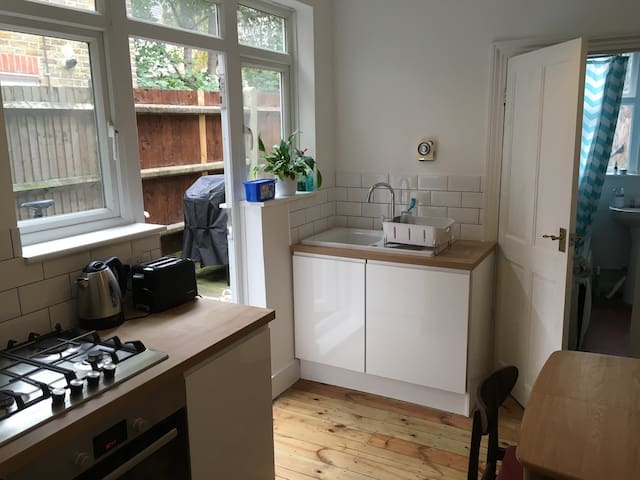 Spacious period 1 bed flat near Blackhorse rd
