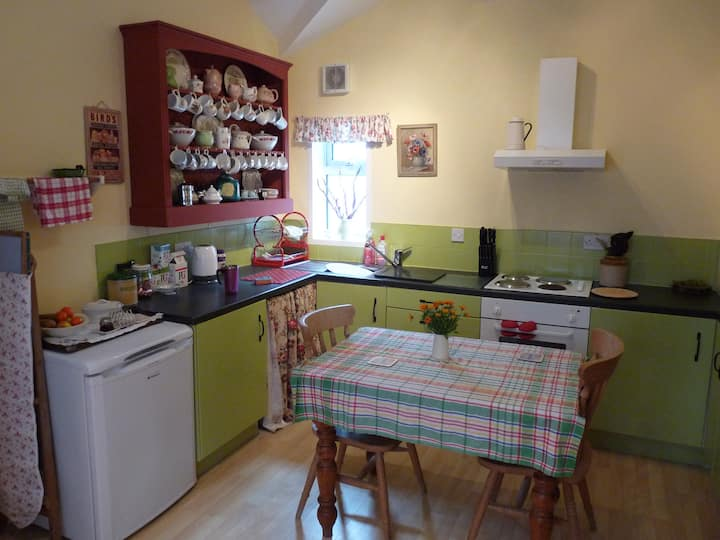 Vintage style, sleeps 4, close to train/bus