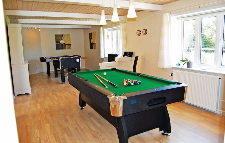 Holiday cottage with 4 bedrooms on 190 m² P32566