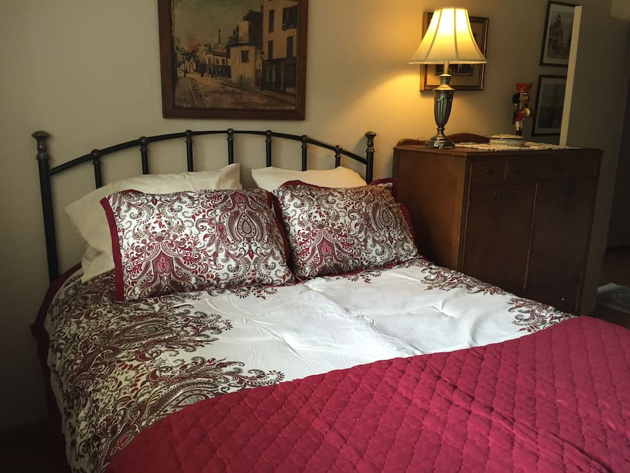 Roomy, comfy queen size bed with warm comforter