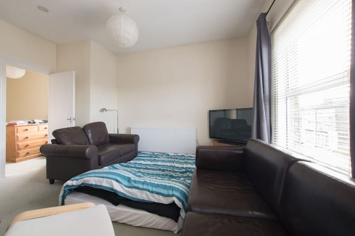 Naturist Stay in East London. Shared Lounge. - Londen - Appartement