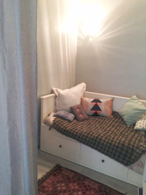 Lit dans une alôve (lit simple ou double transformable)