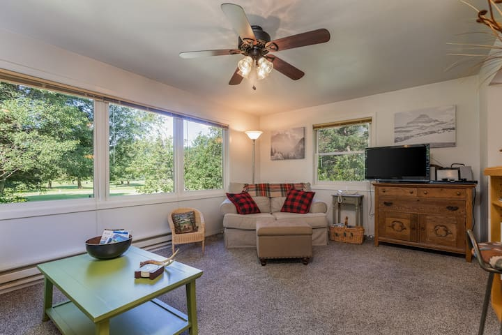Mountain home w/ large, furnished deck, & gas grill - located on the golf course