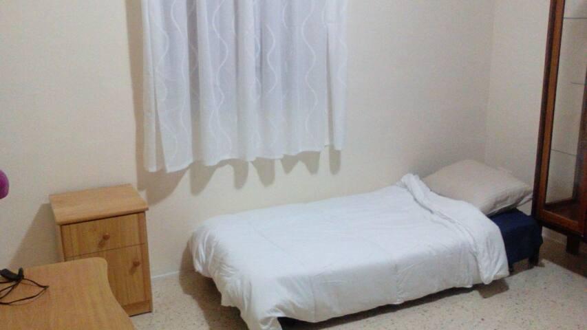 Nice spacious room close to sea- Free wifi - Ta' Xbiex - Lägenhet
