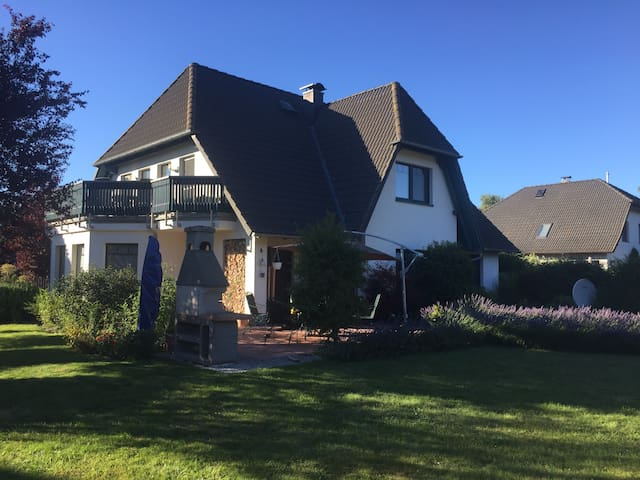 Ferienwohnung, ruhig gelegen mit schönem Garten - Trassenheide - Hus