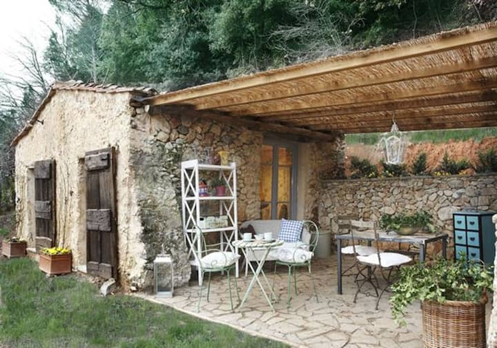 Cottage on the hills of the Versilia, private pool and garden, outdoor are for dining al fresco