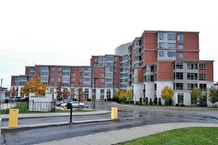 Private bedroom and washroom - Markham - Condominio
