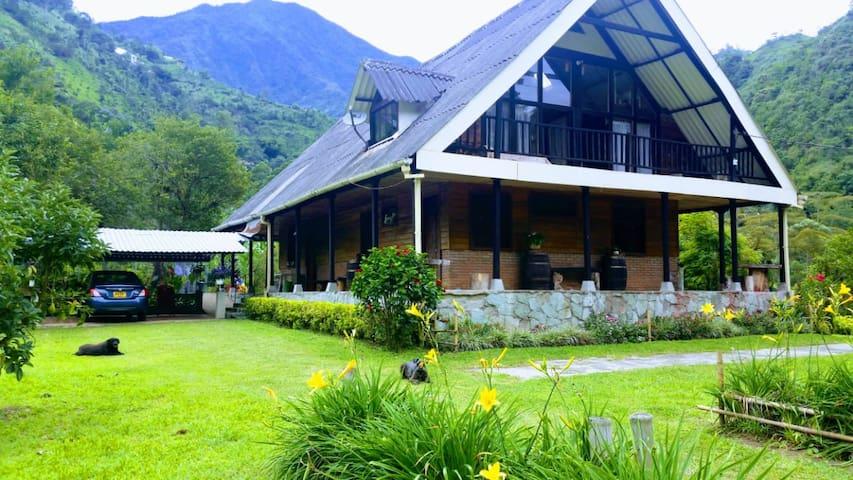 ¡Habitación para 3 en hermosa Casa de balcón!