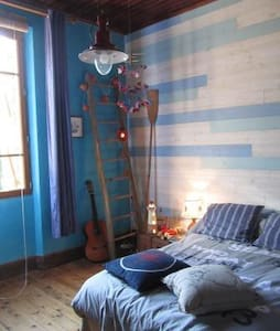 """Chambre """"marine"""" dans maison ancienne"""