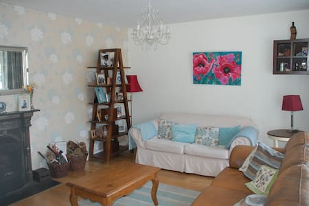 Large 4 bedroom house in fabulous location. - Dundrum - Hus