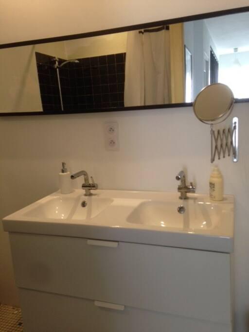 salle de bain avec double vasque et baignoire qui fait douche
