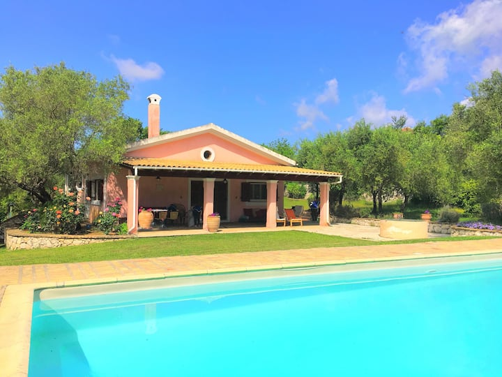 Villa Cleopatra: Large pool, lovely gardens, A/C