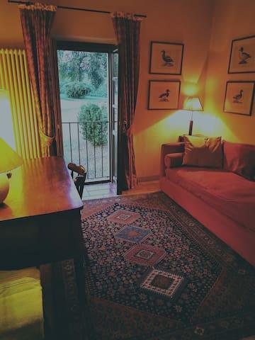 CASA MIMOSA - Studio con letto singolo in uso esclusivo alla camera matrimoniale  mansardata in duplex con scaletta