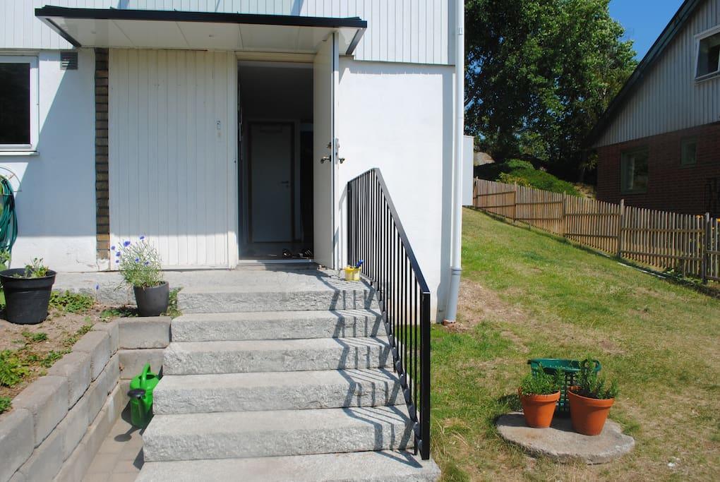 Hos oss delar du hall och trappuppgång med våra grannar. Det finns gratis parkering på tomten.