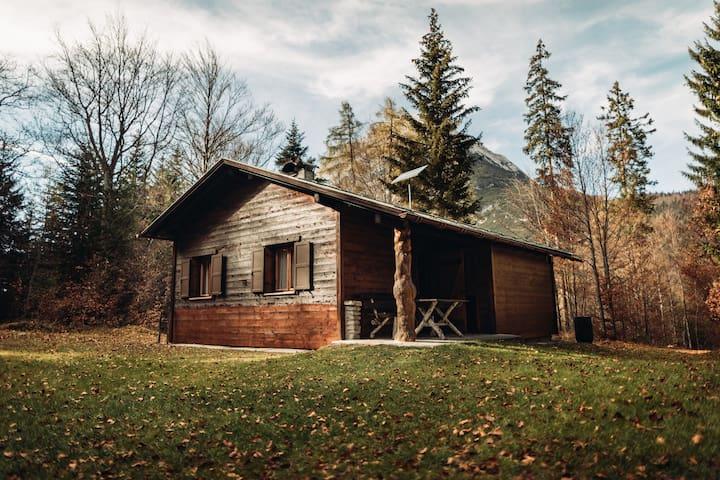 Buchner Hütte mit Blick zur Hohe Munde