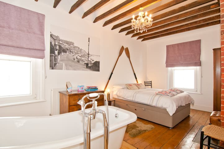 The Corner House - Beach, Beams and Bath