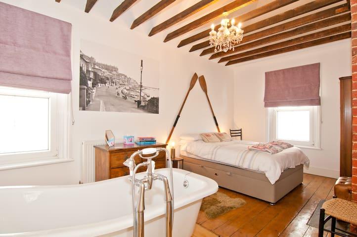 The Corner House - Beach, Beams and Bath