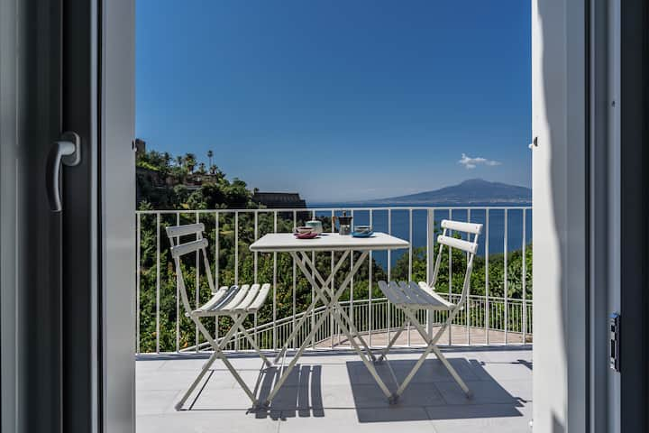 Newly refurbished flat by the beach near Sorrento