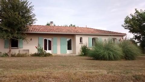 maison aux volets verts à la campagne