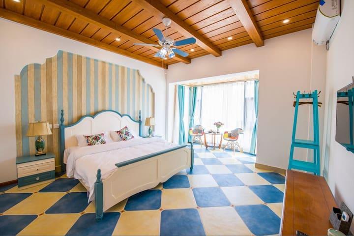 位于二楼的地中海大床房,面积30平米。