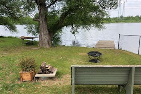 Cozy and clean house on the Rideau River.