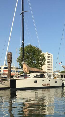 Bateau à quai Hyeres vue mer - Hyères - Barca