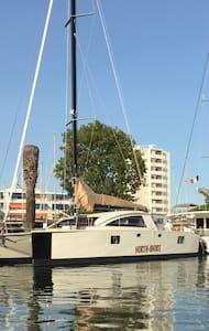 Bateau à quai Hyeres vue mer - Hyères
